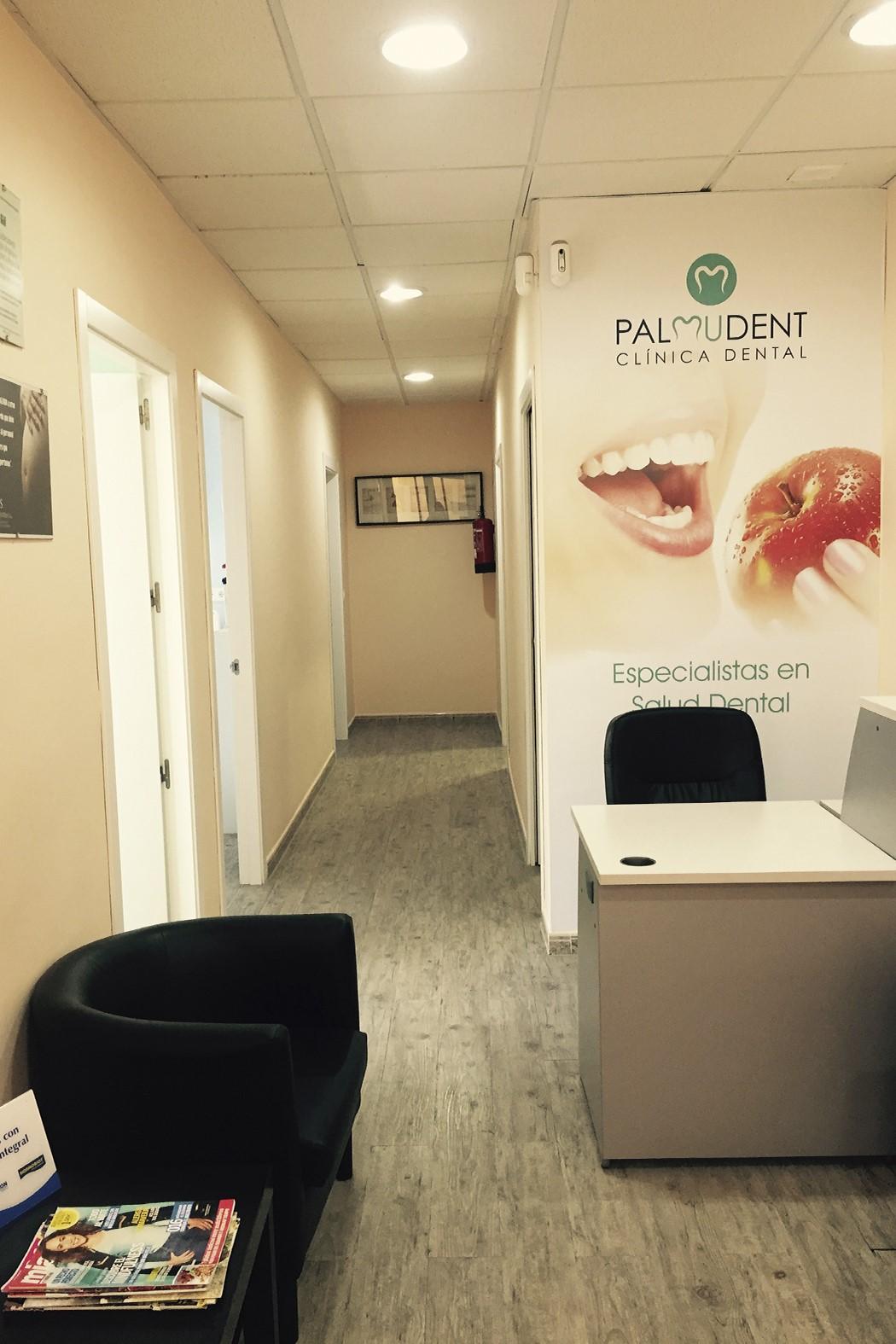 Entrada Clinica dental Granada Palmudent